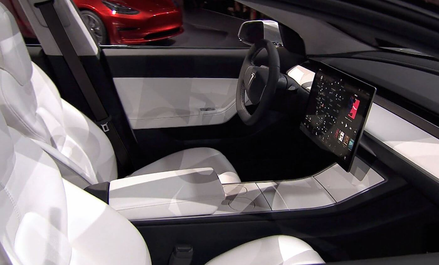 Skromne wnętrze Tesla Model 3
